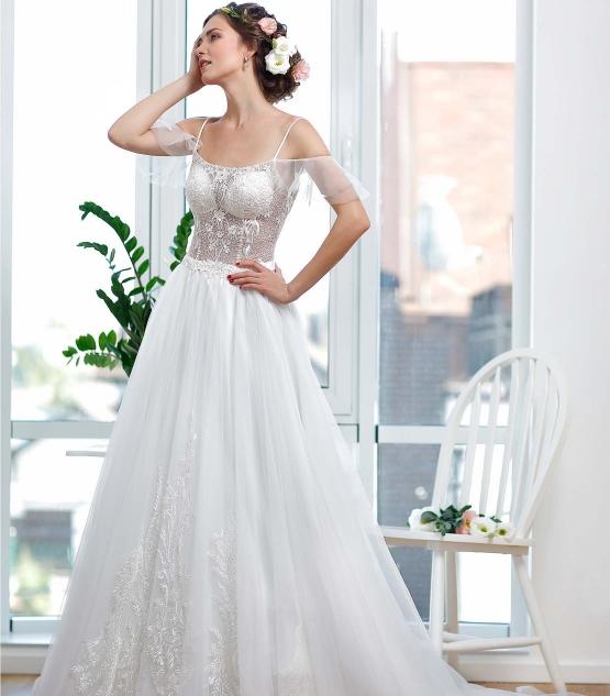 Schantal wedding dress from the collection Kiara, model 1135.