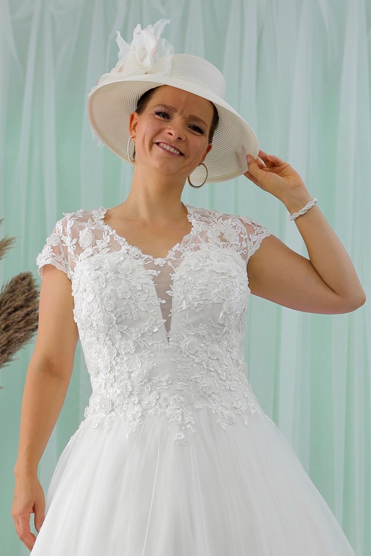 """Schantal Brautkleid aus der Kollektion """"Queen XXL"""", Modell 2213 XXL. Foto 2"""